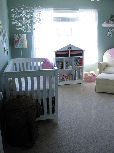 ein eigenes Baby Zimmer mit Baybett und Babymöbeln